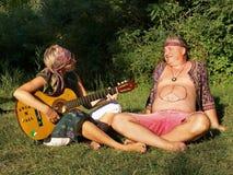 有吉他的男人和妇女 免版税库存照片