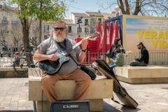 有吉他的街道歌手 免版税库存图片