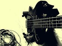 有吉他缆绳的黑色低音乐器吉他 库存照片