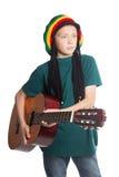 有吉他和帽子的欧洲男孩有dreadlocks的 免版税图库摄影