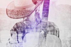 有吉他和草帽的牛仔农夫在马大农场 库存图片