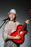 有吉他唱歌的人 免版税库存照片