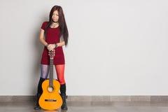 有吉他的亚裔女孩 库存照片
