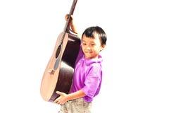 有吉他的亚裔男孩 库存照片