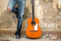 有吉他的人 都市的样式 库存图片