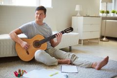 有吉他的人 免版税库存图片