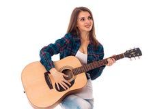 有吉他的俏丽的深色的妇女 库存图片