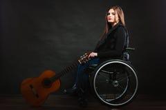 有吉他的哀伤的残疾女孩 库存照片