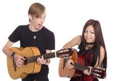 有吉他的唱歌的音乐家 图库摄影