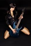 有吉他的女孩吉他弹奏者 免版税库存照片