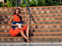 有吉他的女孩坐步 免版税库存照片