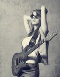 有吉他的女孩 免版税库存图片