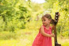 有吉他的小女孩 免版税库存图片