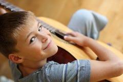 有吉他的小男孩 免版税库存图片