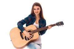 有吉他的深色的妇女在手上 免版税库存图片