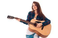 有吉他的秀丽深色的妇女 库存照片