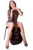 有吉他的美丽的女孩 免版税库存照片