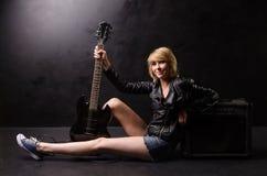 有吉他的难看的东西妇女 图库摄影