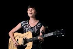 有吉他的年轻歌手 免版税图库摄影
