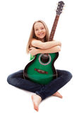有吉他的美丽的女孩在白色背景 免版税库存照片