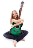 有吉他的美丽的女孩在白色背景 免版税图库摄影