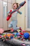有吉他的滑稽的愉快的孩子 库存照片