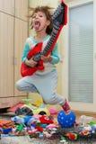 有吉他的滑稽的愉快的孩子 免版税库存照片