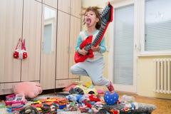 有吉他的滑稽的愉快的孩子 库存图片