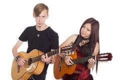 有吉他的年轻音乐家 免版税库存照片