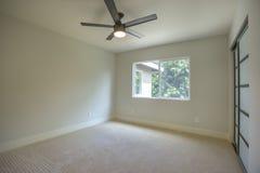 有吊扇的空的室和看法在后院 免版税库存图片