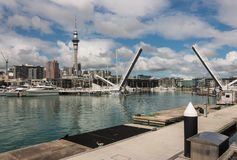有吊桥的奥克兰小游艇船坞 图库摄影