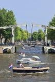 有吊桥的小船在阿姆斯特丹运河。 免版税库存图片