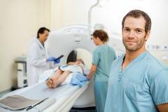 有同事和放射学家准备的护士 免版税图库摄影