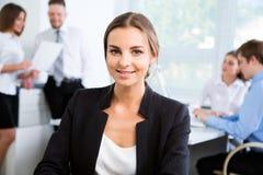 有同事的女实业家 免版税库存图片