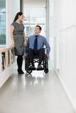 有同事的残疾办公室工作者 库存图片