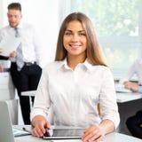 有同事的美丽的年轻女实业家 免版税库存图片