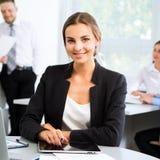 有同事的美丽的年轻女实业家 免版税库存照片
