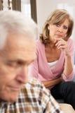 有同情心的丈夫高级病的妇女 免版税库存照片