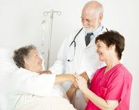 有同情心的医院工作人员 库存照片