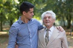 有同情心的孙子和他的祖父 库存照片