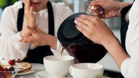 有同情心的母亲倒她的小女儿的茶有自创甜点的 影视素材