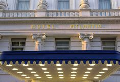有名望的旅馆大西洋的入口在汉堡有页的德国欧洲阳光的在G20以后s的结尾的一天 免版税库存照片