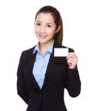 有名片的女实业家举行 免版税库存照片