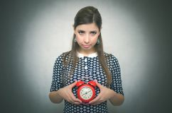 有后红色闹钟的有罪妇女工作或学校教训的 睡过头 迟到者 免版税库存图片