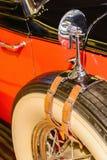有后视镜的老古董车的备用轮胎 免版税库存照片