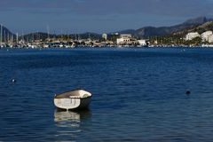 有后边小游艇船坞和山的小船 免版税图库摄影