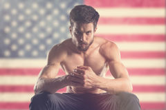 有后边美国旗子的肌肉人 免版税库存照片