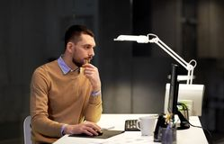 有后运转在夜办公室的计算机的人 图库摄影