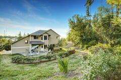 有后院庭院的美丽的房子 免版税图库摄影