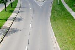 有向右转的出口的街道 免版税库存图片